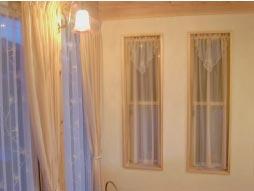 掃き出し窓のレースカーテンと同じ生地で小窓にカフェカーテン
