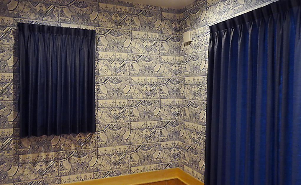 素敵な壁紙とカーテンのコーディネイト