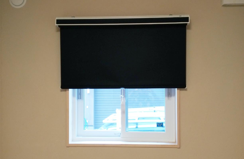 遮光ロールスクリーンの施工事例