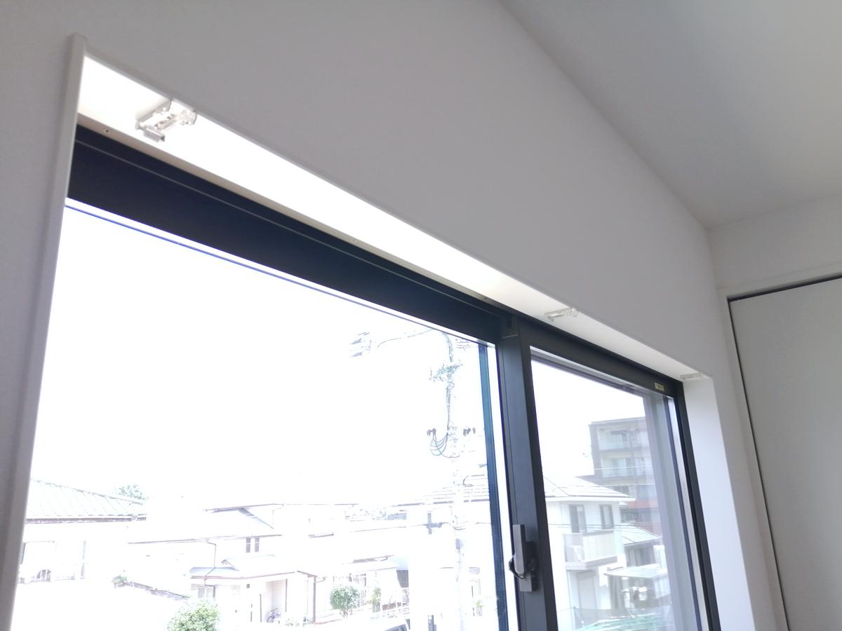 ロールスクリーンの窓枠内設置事例